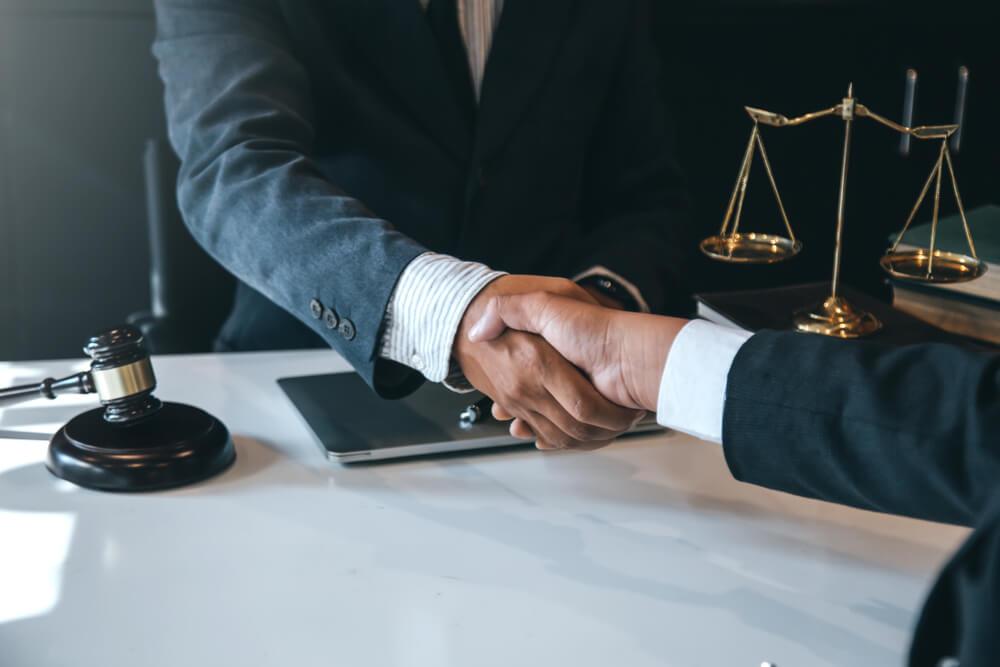 ¿Es posible cambiar de abogado en medio de su caso?